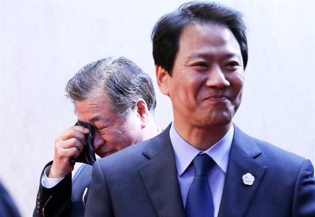 Ông Suh Hoon, lãnh đạo cơ quan tình báo quốc gia Hàn Quốc, lau nước mắt khi hai nhà lãnh đạo Hàn - Triều ra tuyên bố chung. Ông Suh là quan chức đóng vai trò then chốt trong việc sắp xếp hội nghị thượng đỉnh liên Triều.