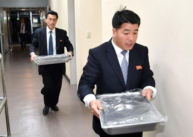 Các vệ sĩ khẩn trương vận chuyển mì trước khi tiệc chiêu đãi bắt đầu. Văn phòng Tổng thống Hàn Quốc trước đó đã công bố thực đơn của bữa tiệc, trong đó có mì lạnh - món ăn phổ biến trên bán đảo Triều Tiên.