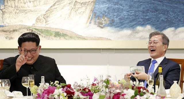 """""""Tôi đã xem tin tức và thấy mọi người bàn tán về thực đơn trong bữa tiệc rất nhiều. Vì thế tôi đã mang món mỳ lạnh Bình Nhưỡng tới đây mời Tổng thống Moon thưởng thức. Chúng đã đi một chặng đường xa, à mà chúng ta có lẽ không nên nói tới từ xa ở đây"""", ông Kim Jong-un nói đùa trong bữa tiệc."""