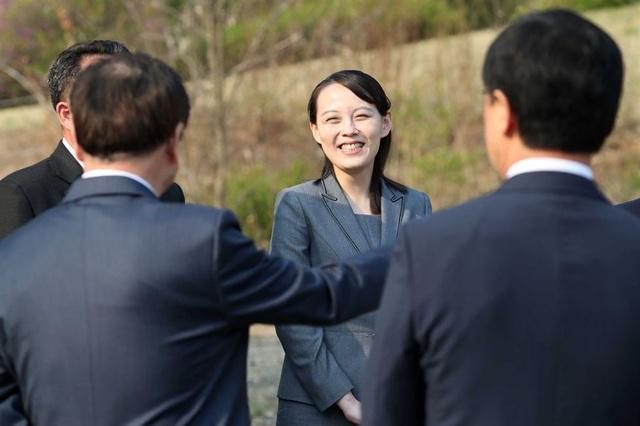 Giữ cương vị Phó Chủ tịch Ủy ban tuyên truyền đảng Lao động Triều Tiên, bà Kim Yo-jong là một trong số ít quan chức Triều Tiên được tháp tùng nhà lãnh đạo tới khu phi quân sự.