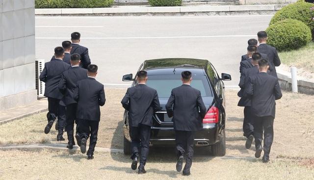 12 vệ sĩ Triều Tiên chạy theo xe chở ông Kim Jong-un, tạo thành lớp bảo vệ cho nhà lãnh đạo Triều Tiên trong quá trình di chuyển tại khu phi quân sự liên Triều.