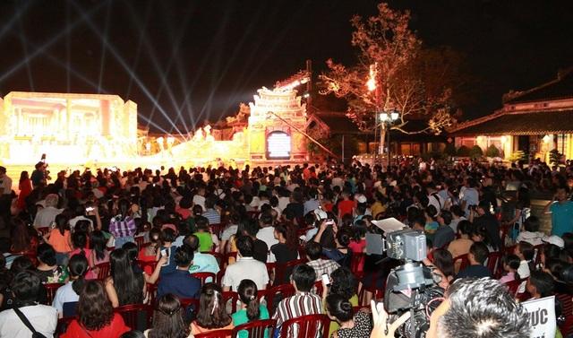 Chương trình thu hút hàng nghìn lượt khách đón xem. Văn Hiến Kinh Kỳ sẽ còn 1 buổi diễn vào tối 30/4