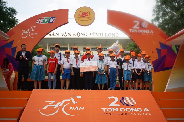 Trao học bổng cho học sinh nghèo hiếu học tại Vĩnh Long