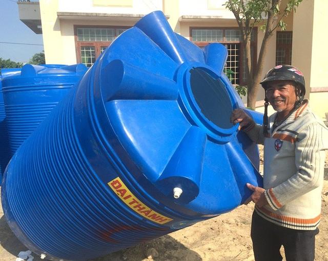 Người dân vùng lũ xã Cát Chánh rất phấn khởi vì hết nỗi lo thiếu nước sạch trong mùa mưa lũ.