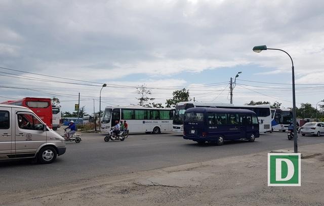 Đường Hoàng Diệu (TP Nha Trang) lúc hơn 9h ngày 2/4 tấp nập xe khách du lịch