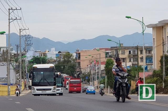 Trên đường Trần Phú, con đường đẹp nhất Nha Trang xe khách chở khách Trung Quốc nối đuôi hàng dài