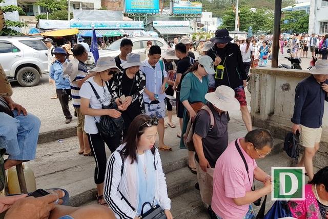 Du khách Trung Quốc tại bến tàu du lịch Cầu Đá