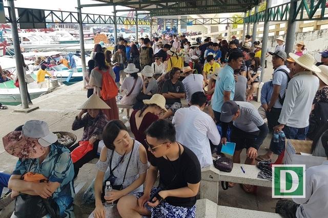 Du khách Trung Quốc đợi tàu du lịch tại nhà hành khách