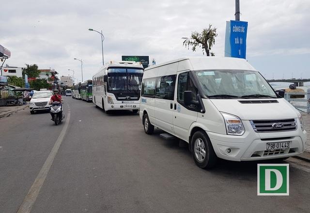 Xe khách đậu tràn ra đường vì không có chỗ đậu đỗ tại tháp bà Ponagar Nha Trang