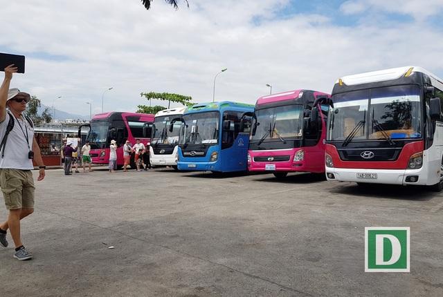 Bãi xe trước tháp bà Ponagar Nha Trang luôn trong tình trạng quá tải, xe khách xoay trở rất khó khăn