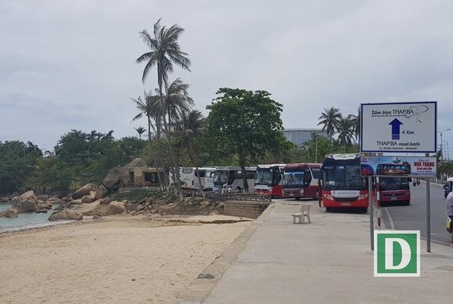 Tại danh thắng Hòn Chồng Nha Trang cũng chưa có bãi đậu xe du lịch đúng nghĩa