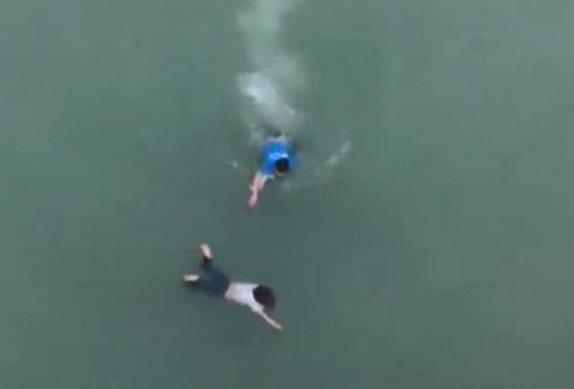 Nam thanh niên lao xuống sông cứu cô gái nhảy cầu