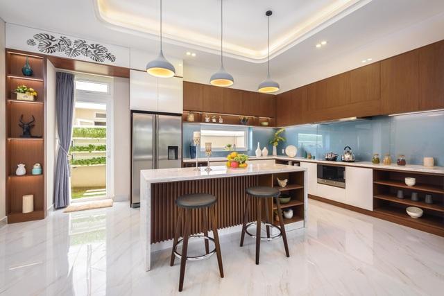 Phòng bếp với vườn rau xanh sau nhà