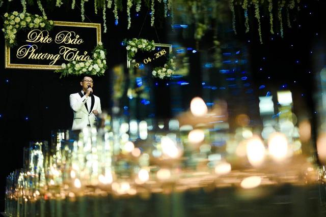 Nam MC Đức Bảo còn khiến khách mời bất ngờ khi hát tặng bà xã ca khúc Ánh nắng của anh. Được biết đây là ca khúc mà bà xã Phương Thảo vốn rất yêu thích.