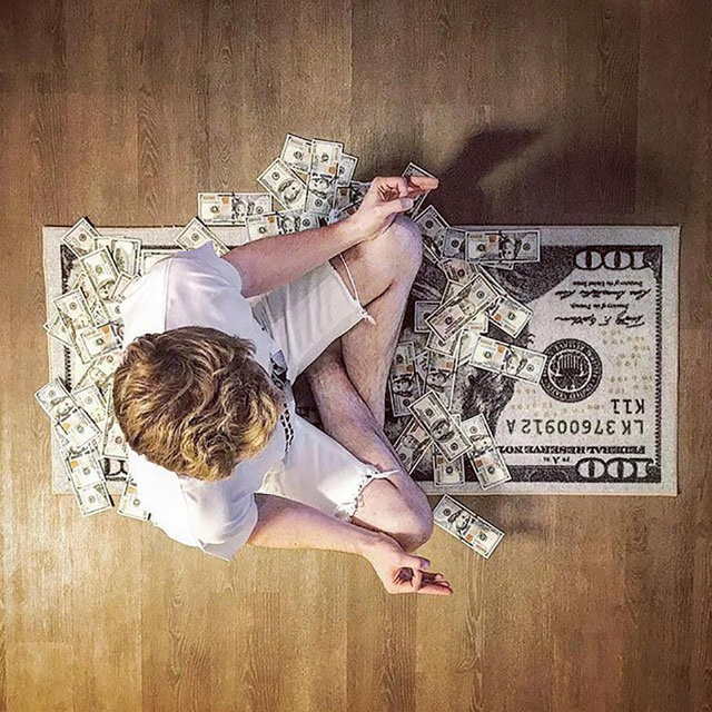 Ngồi thiền trên... tiền.