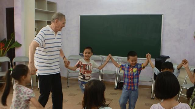Giáo sư Christoph trong một buổi dạy thử tiếng Anh theo phương pháp Waldorf cho trẻ Hà Nội tại Mầm non Cây Bàng.