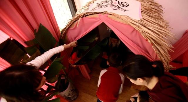 Tiến sỹ Cung Khắc Lược mừng tuổi cho trẻ theo phong tục gõ cửa sau giao thừa trong Lễ hội Tết xửa Tết xưa tại mầm non Cây Bàng