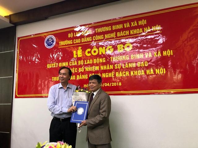 PGS.TS Dương Đức Lân nguyên Tổng Cục trưởng, Tổng Cục GDNN - Bộ LĐ TB&XH, hiện là cố vấn của nhà trường trao quyết định Hiệu trưởng tới nhà giáo Ngô Văn Sự
