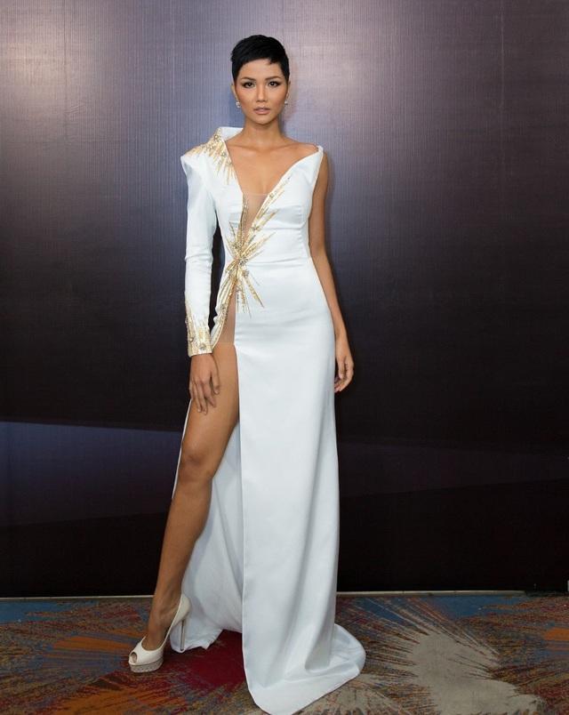 Hoa hậu H'Hen Niê gây bất ngờ cho khán giả với mái tóc ngắn mới đầy cá tính. Người đẹp diện trang phục trắng gợi cảm với những đường khoét sâu táo báo nhưng vô cùng tinh tế.