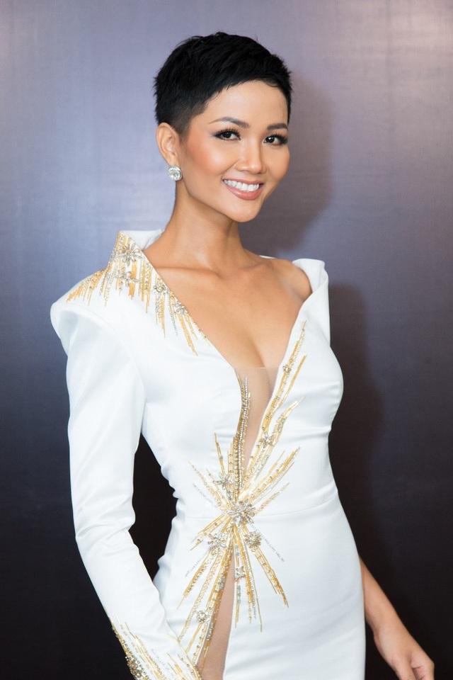 Trước đó, Hoa hậu H'Hen Niê đột ngột bị bệnh và phải nhập viên. Dù vậy, cô vẫn đến tham gia sự kiện sau khi sức khỏe có phần hồi phục, tuy thần sắc vẫn chưa được tươi tắn nhưng người đẹp vẫn khiến khán giả bất ngờ vì thần thái và sự chuyên nghiệp của mình.