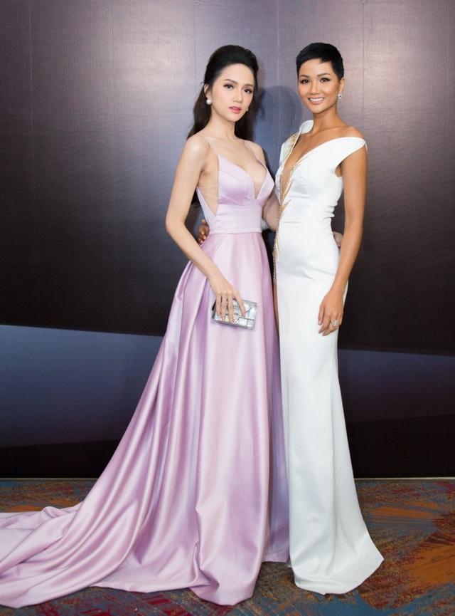 Hương Giang với trang phục dài thướt tha, đọ dáng cùng Hhen với váy trắng ôm sát khoe đường cong hút mắt