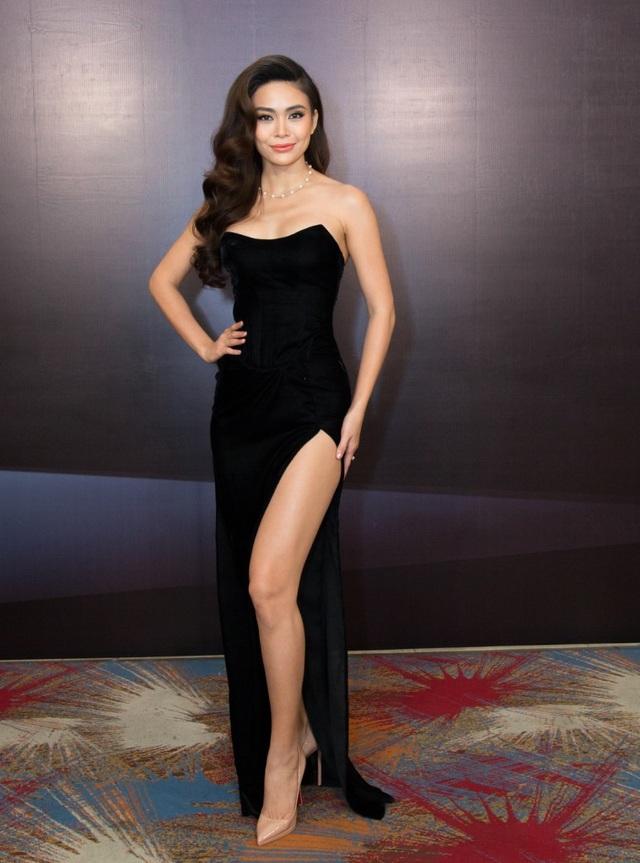 Cùng với đó là đôi chân dài đã tạo nên thương hiệu cho Á hậu Mâu Thủy. Thời gian qua, người đẹp tích cực tập luyện thể dục thể thao để giữ gìn vóc dáng và có một thân hình chuẩn lý tưởng.