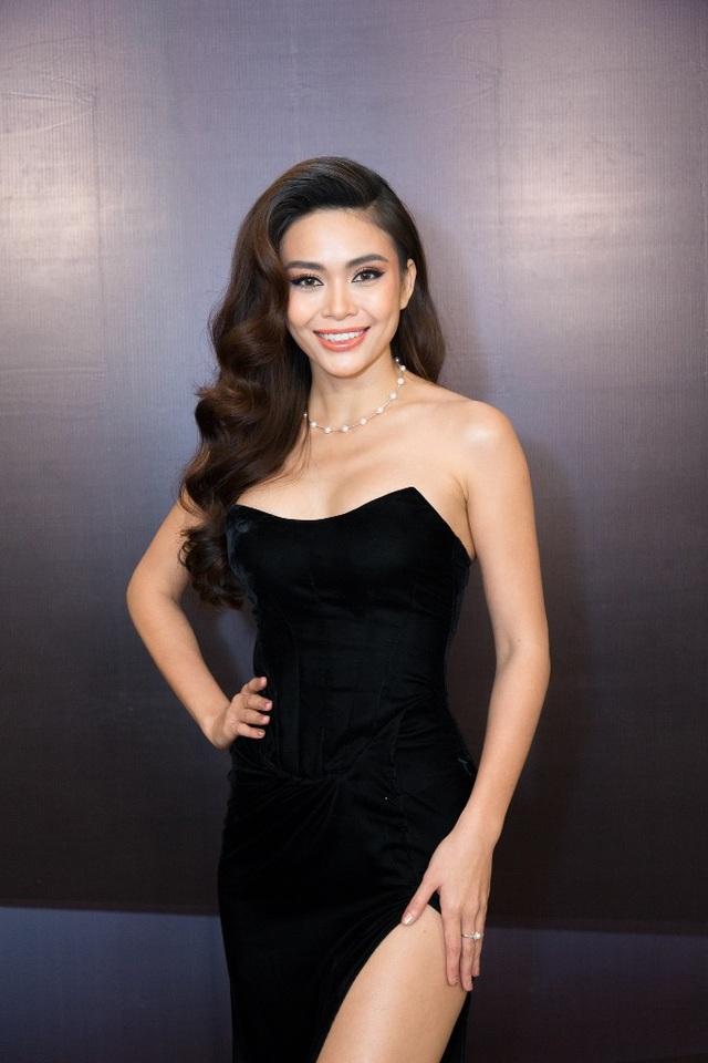 Đối lập với Hoa hậu H'Hen Niê, Á hậu Mâu Thủy diện chiếc váy cúp ngực màu đen, khéo léo khoe vòng 1 nóng bỏng.