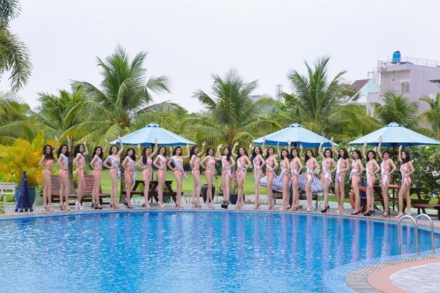 Ngoài việc tập sân khấu cho các phần biểu diễn, các cô gái cũng đã có một buổi chụp ảnh profile ấn tượng khi diện trang phục bikini nóng bỏng, khoe hình thể gợi cảm.