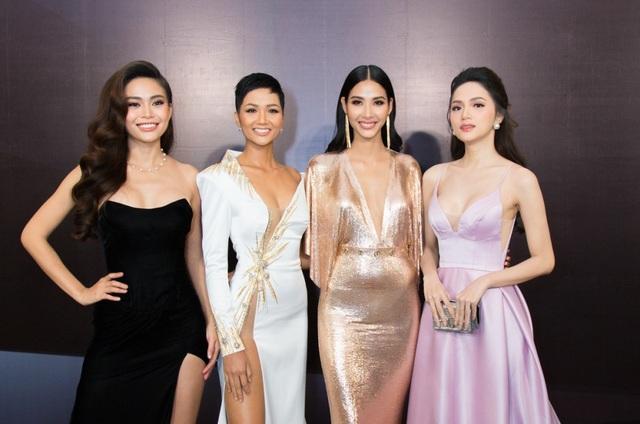 Hoa hậu Hương Giang xinh đẹp đọ dáng cùng dàn người đẹp được xem là đình đám nhất hiện nay của showbiz Việt.