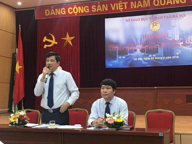 Ông Phạm Xuân Tiến, Phó Giám đốc Sở GD&ĐT Hà Nội cung cấp thông tin tại buổi họp báo (Ảnh: N. Hà)