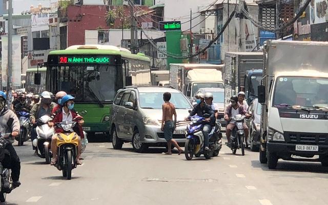Người đàn ông chặn đường, quỳ lạy hàng loạt ô tô ở Sài Gòn - 2