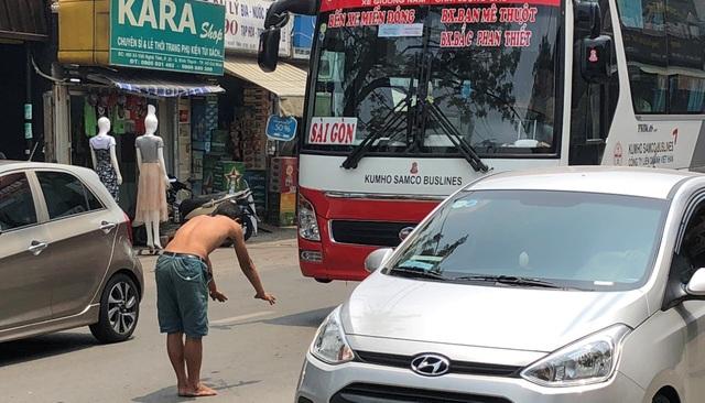 Người đàn ông chặn đường, quỳ lạy hàng loạt ô tô ở Sài Gòn - 4