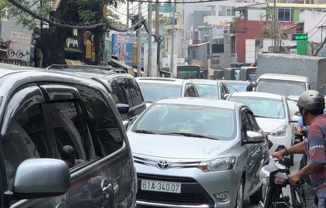 Giao thông trên tuyến đường từ trung tâm TPHCM ra bến xe Miền Đông, QL13 về các tỉnh một phen hỗn loạn.