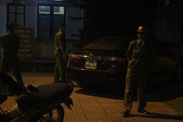Khi xe được đưa về trụ sở công an phường, ông B. và bà T. vẫn không chịu ra khỏi xe.