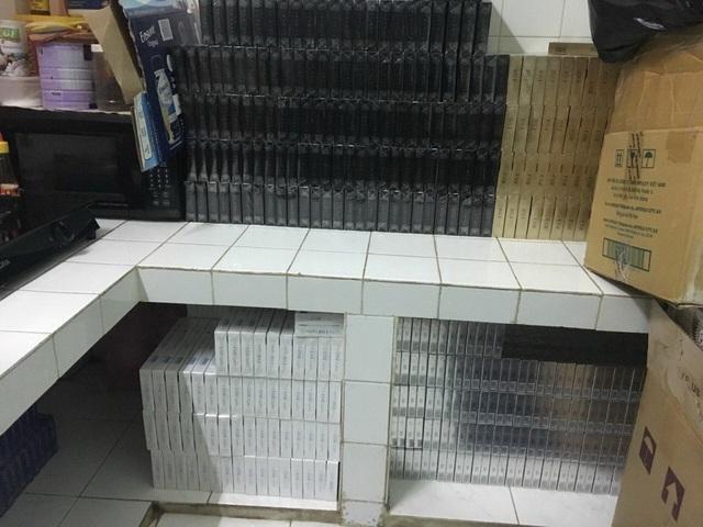 Số thuốc lá lậu được cơ quan chức năng phát hiện tại khu vực nhà bếp của đối tượng Nguyễn Tấn Đạt