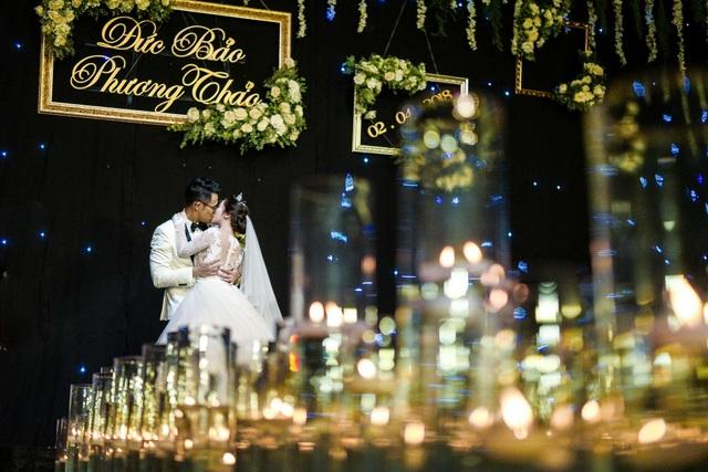 Chú rể dành cho cô dâu nụ hôn dài đắm đuối.