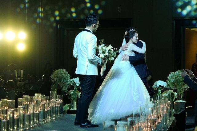 Khoảnh khắc xúc động cô dâu ôm chặt bố