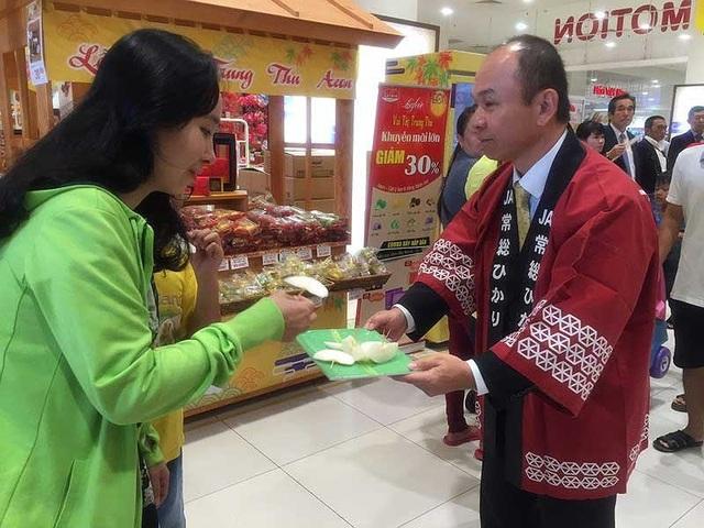 Ông Takimoto Koji, Trưởng đại diện JETRO tại TP.HCM, mời người Việt dùng thử lê. Ảnh: Tú Uyên