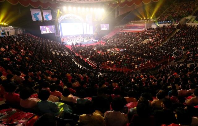 Nhà thi đấu Ryugyong Jong Ju Yong với sức chứa 12.000 người chật kín khán giả trong đêm biểu diễn của đoàn nghệ thuật hai nước. (Ảnh: Reuters)