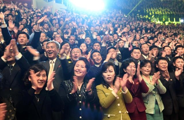 Chương trình nghệ thuật kết thúc bằng tràng vỗ tay kéo dài tới hơn 10 phút của 12.000 khán giả tại nhà thi đấu, bao gồm các quan chức cấp cao của hai nước. (Ảnh: Reuters)