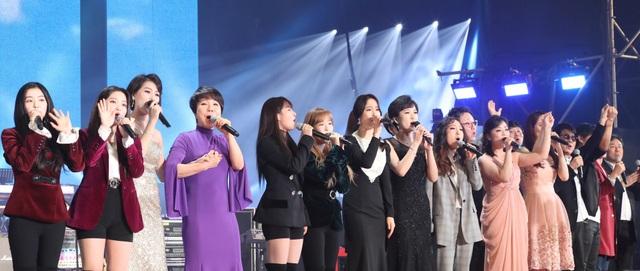 """Đoàn nghệ thuật Hàn Quốc gồm 160 người với nhiều ca sĩ nổi tiếng và đoàn nghệ thuật Samjiyon của Triều Tiên đã cùng tổ chức một chương trình hòa nhạc mang tên """"Chúng ta là một"""" vào tối 3/4 tại nhà thi đấu Ryugyong Jong Ju Yong ở thủ đô Bình Nhưỡng. (Ảnh: Reuters)"""