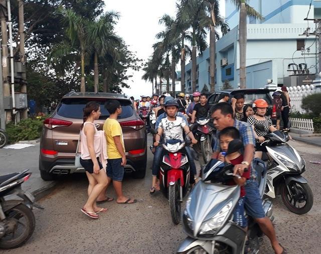 Cũng theo quan sát, dọc tuyến đường ven biển Quy Nhơn, rất nhiều xe ô tô con, xe du lịch trong tỉnh, đặc biệt là rất nhiều xe ô tô biển số các tỉnh Gia Lai, Kon Tum, TP Hồ Chí Minh… đỗ dọc đường kéo dài hàng cây số.