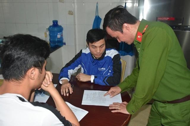 Công an thành phố Thanh Hóa lập biên bản vi phạm đối với Mai Văn Hùng, trưởng nhóm tại một điểm trên địa bàn thành phố Thanh Hóa
