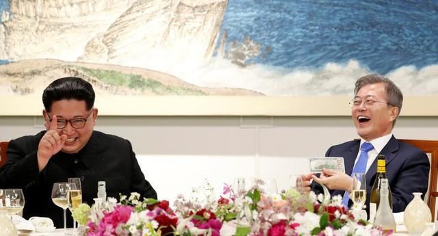 Lãnh đạo Hàn - Triều tươi cười trên bàn tiệc (Ảnh: Reuters)