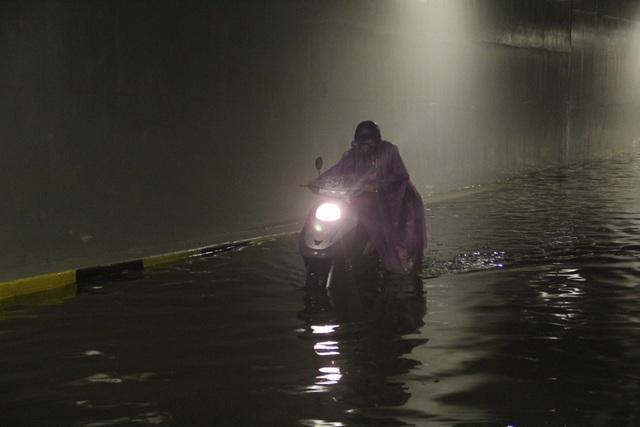 Nước bắt đầu ngập hầm từ 1h và kéo dài đến hơn 5h sáng 30/4