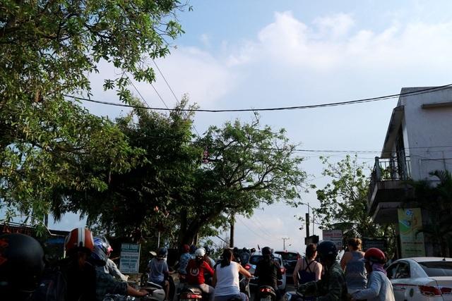Điểm cầu Cẩm An đường dẫn xuống biển Cửa Đại (Hội An) luôn đông đúc xe cộ qua lại, do chiều rộng cầu hẹp nên chỉ vừa cho một chiều xe ô tô qua lại, các xe khác phải chờ lần lượt mới được đi qua gây tình trạng kẹt xe kéo dài