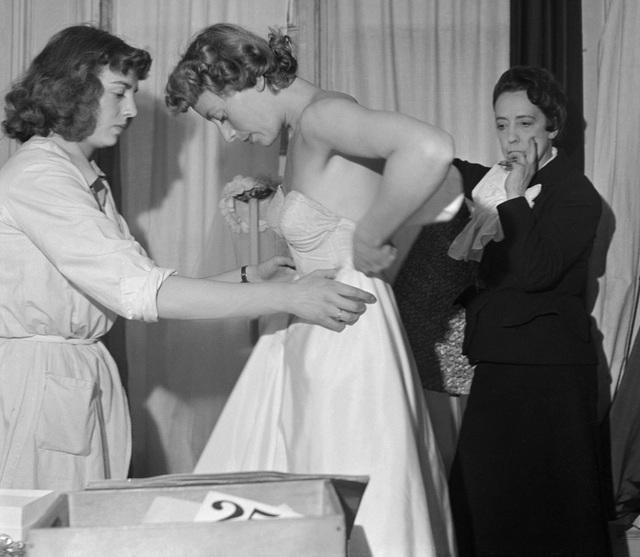 Nhà thiết kế Elsa Schiaparelli đang thử đồ cho một người mẫu.