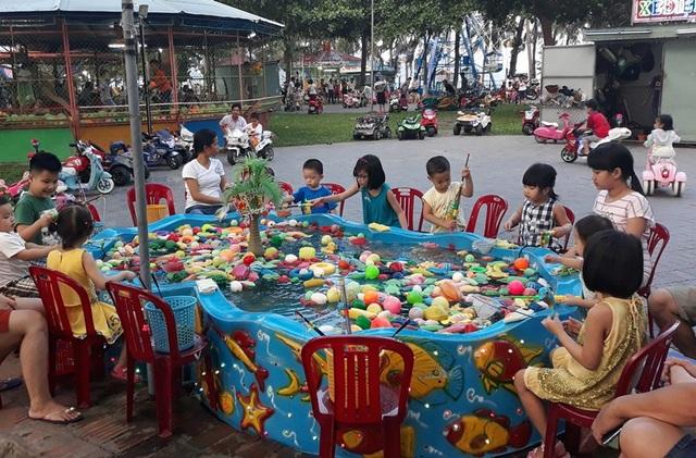 Trong khi đó, do thời tiết nắng nóng nên người dân cũng như du khách cũng đưa con cái đến khu vui chơi ở Công viên Thiếu nhi Quy Nhơn (TP Quy Nhơn, Bình Định), tọa lạc ngay cạnh bãi biển Quy Nhơn nên có thời điểm khu vui chơi này quá tải.