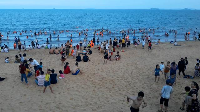 """Anh Nguyễn Quốc Bảo (36 tuổi), du khách ở Gia Lai, cho biết: """"Chúng tôi sống ở núi, rất ít khi được tắm biển. Dịp lễ này, được nghỉ dài ngày nên cả nhà tôi xuống Quy Nhơn (Bình Định) để nghỉ lễ. Cảm giác tắm biển thật sảng khoái, đặc biệt xuống Quy Nhơn chúng tôi sẽ được ăn các món hải sản tươi sống vừa ngon, vừa rẻ""""."""