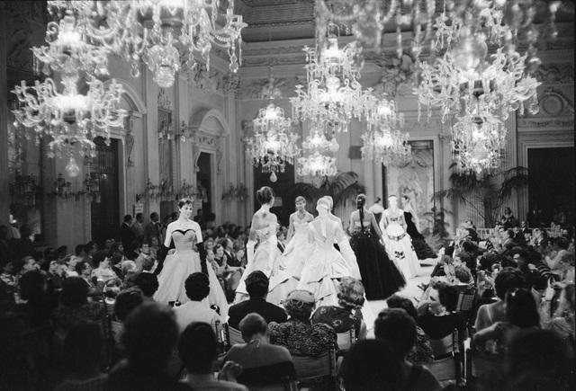 Trăm năm lịch sử thời trang nhìn từ sàn catwalk - 7